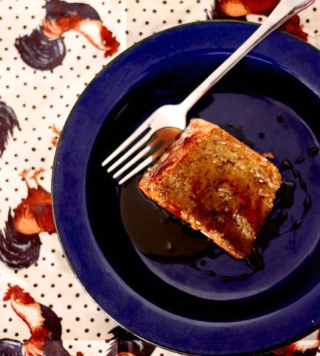 Bolo de mandioca com coco, açúcar mascavo e melado de cana